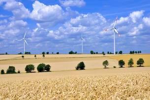 Wind power plants in farmland, North Rhine-Westphaliaの写真素材 [FYI02340883]