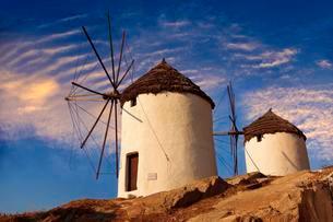 Windmills, Chora, Ios Cylcades Islands, Greece, Europeの写真素材 [FYI02340889]