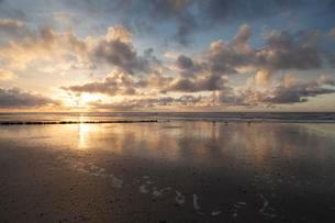 Sunset at the coast of the North Sea, Norderney, Eastの写真素材 [FYI02340894]