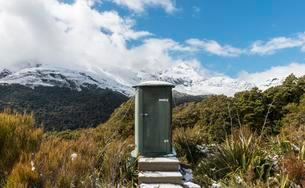 Outhouse, view of mountains with snow, Fiordland Nationalの写真素材 [FYI02340896]