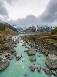 Hooker River flows from Lake Mueller, glacial lake, Hookerの写真素材 [FYI02340902]