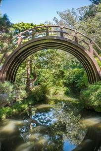 Wooden curved bridge, Japanese Tea Garden, Golden Gateの写真素材 [FYI02340906]