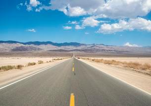 Highway 190, Death Valley National Park, California, USAの写真素材 [FYI02340938]