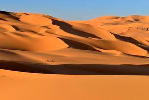 Group of people in the Sanddunes of Moul Naga, Tadrartの写真素材 [FYI02340939]