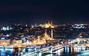 Cityscape at night, Galata Bridge, Golden Horn, Bosphorusの写真素材 [FYI02340977]