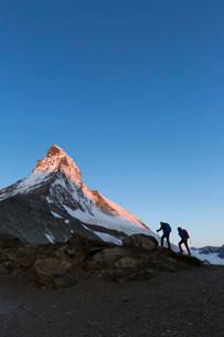 Two mountaineers ascending the Matterhorn, Zermatt, Cantonの写真素材 [FYI02340982]
