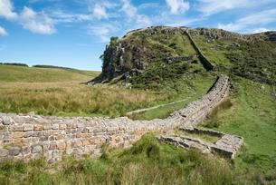 Hadrian's Wall with foundation walls of former watchtowerの写真素材 [FYI02340989]