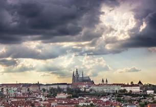 Views of Prague Castle and Mala Strana with St. Vitusの写真素材 [FYI02340990]