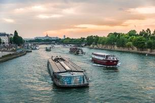 Excursion boats on the Seine at sunset, Paris, Franceの写真素材 [FYI02341001]