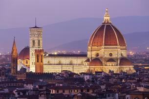 Florence Cathedral, historic centre at dusk, Florenceの写真素材 [FYI02341002]