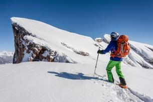 Ski touring in the ascent of the Little Seekofel in theの写真素材 [FYI02341006]