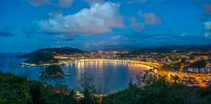 Evening atmosphere at La Concha Bay, San Sebastian, alsoの写真素材 [FYI02341010]