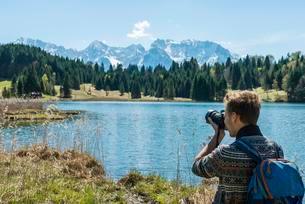 Hiker photographing Lake Geroldsee, Wagenbruchseeの写真素材 [FYI02341013]