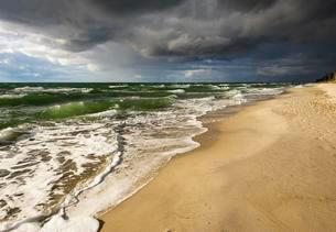 Dark rain clouds over Weststrand Beach, Baltic Sea, Bornの写真素材 [FYI02341014]
