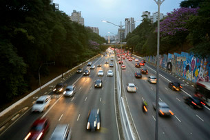 Traffic on the Avenida 23 de Maio, evening mood S?o Pauloの写真素材 [FYI02341016]