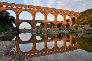 Roman aqueduct Pont du Gard reflected in the Gardon riverの写真素材 [FYI02341036]