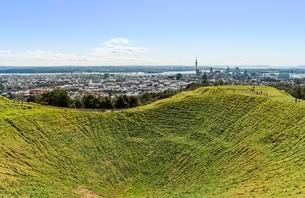 View from Mount Eden, volcanic craters, skyline withの写真素材 [FYI02341042]
