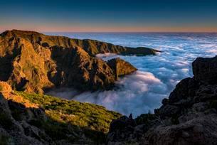 Sunrise with sea of mist, Pico de Arieiro, Funchal, Madeiraの写真素材 [FYI02341045]