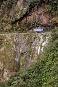 Bus on Death Road, Camino de la Muerte, Yungas North Roadの写真素材 [FYI02341054]