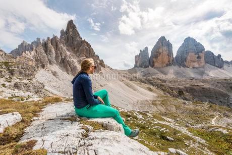 Hiker makes a break, Northern walls of the Three Peaksの写真素材 [FYI02341055]