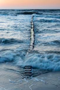 Breakwaters or groynes in the evening light, breaking waveの写真素材 [FYI02341061]