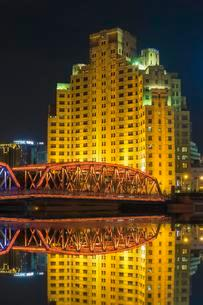 View from Waterfront The Bund at night, Shanghai, Chinaの写真素材 [FYI02341063]