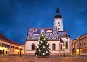St Mark's Church at Christmas, Zagreb, Croatia, Europeの写真素材 [FYI02341074]