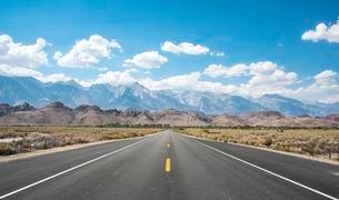 Highway 136, Lone Pine, Sierra Nevada, mountainsの写真素材 [FYI02341097]