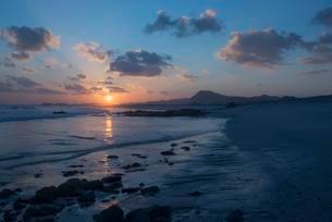 Sunset on the beach of the island of Masirah, Oman, Asiaの写真素材 [FYI02341098]