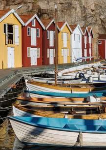 Boats and colourful boathouses in the harbour of Smogenの写真素材 [FYI02341112]
