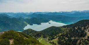 View of Lake Walchen and Alps from Herzogstand peak, Upperの写真素材 [FYI02341116]