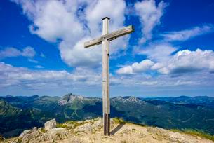 Summit cross, Walser Hammerspitze, 2170m, Allgau Alpsの写真素材 [FYI02341118]
