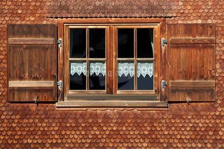 Window of an Allgau house, house facade with woodenの写真素材 [FYI02341135]
