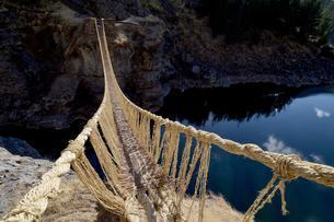 Last intact Inca rope bridge, rope bridge made of braidedの写真素材 [FYI02341137]