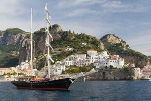 Tall ship at anchor in front of Amalfi, Amalfi coastの写真素材 [FYI02341145]
