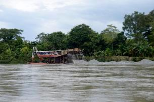 Raft, illegal miners on River Andagueda, Chocoの写真素材 [FYI02341147]