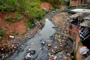 Polluters Bach, sewer, in the favela Jardim Celeste, Zonaの写真素材 [FYI02341166]