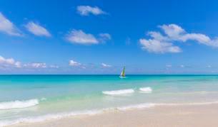 Sailboat in turquoise water, island of Cayo Santa Mariaの写真素材 [FYI02341171]