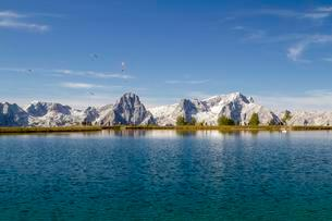 Schafkogelsee lake with paragliders, Hutterer Hoss, Totesの写真素材 [FYI02341175]