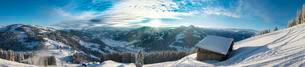 Cottage in ski resort with view of Alps, cloud cover overの写真素材 [FYI02341184]