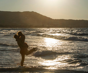 Young couple on the beach kissing, Corsica, France, Europeの写真素材 [FYI02341194]