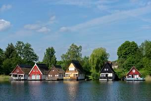 Boat houses, holiday houses in Mirow, on Lake Mirowの写真素材 [FYI02341200]