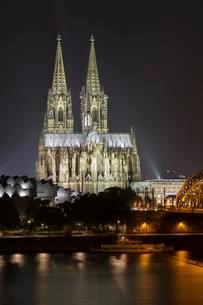 Cologne cathedral at night, Philharmonie and Hohenzollernの写真素材 [FYI02341265]