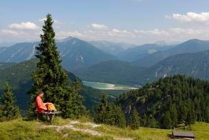 Mountain lodge Hochleger am Staffel, Jachenau aboveの写真素材 [FYI02341266]