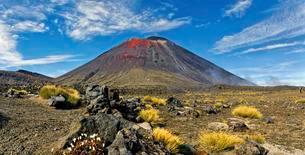Volcanic landscape with the volcano Mt Ngauruhoe, Tongariroの写真素材 [FYI02341300]
