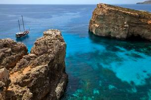 Yacht in the Blue Lagoon, Comino, Malta, Europeの写真素材 [FYI02341304]