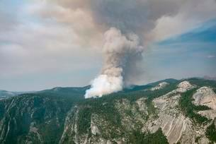 Smoke cloud of a forest fire, Yosemite National Parkの写真素材 [FYI02341321]