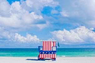 Lifeguard hut on beach, South Beach, Miami, Florida, USAの写真素材 [FYI02341326]