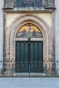 Thesis door at the castle church, Luther city Wittenbergの写真素材 [FYI02341343]