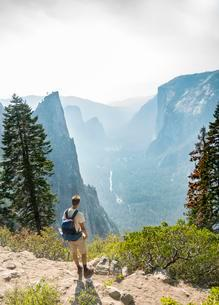 Young man on hiking trail, view of Yosemite Valley, Fourの写真素材 [FYI02341355]